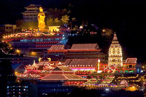极乐寺是东南亚规模最大与建筑最宏伟的华人佛寺标志着汉传佛教伽蓝在南洋的开拓。